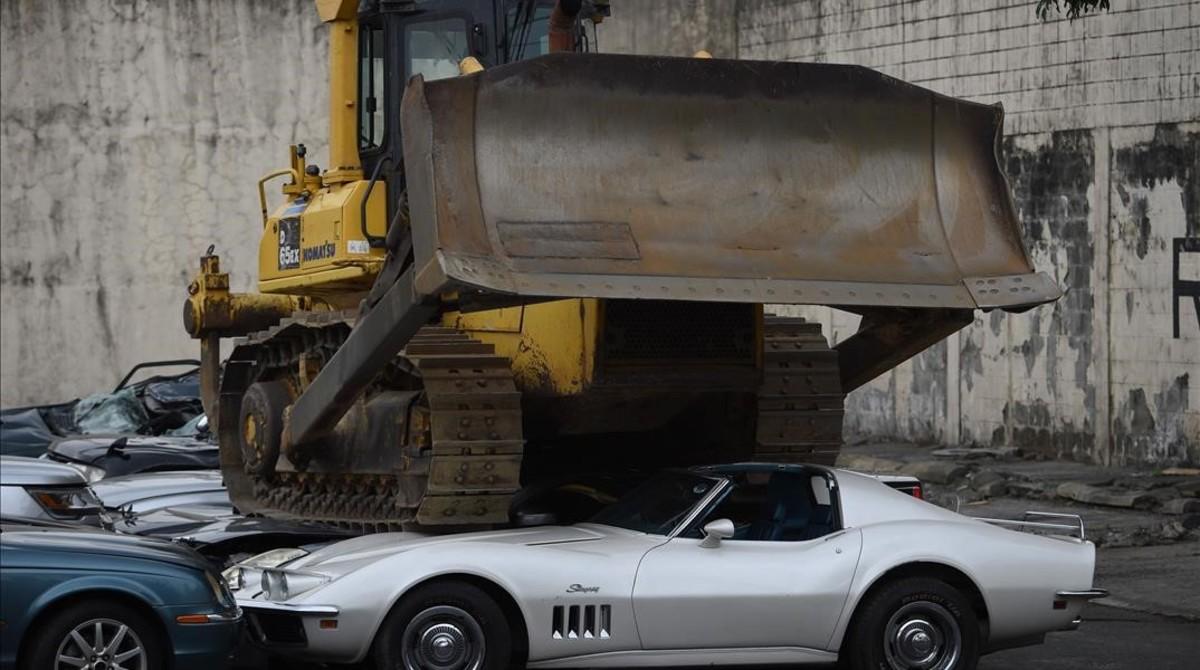 Duterte ordena triturar desenes de cotxes de luxe a les Filipines