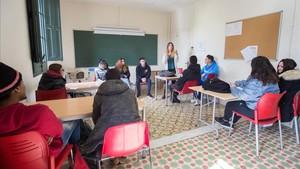 Hatja, Andrea y Rafa, exalumnos de Can Lletres, de frente, explican su experiencia a los estudiantes de este curso.
