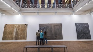 Las tres piezas de gran formato que Antoni Tàpies presentó en la Documenta de 1964 vuelven a lucir juntas.
