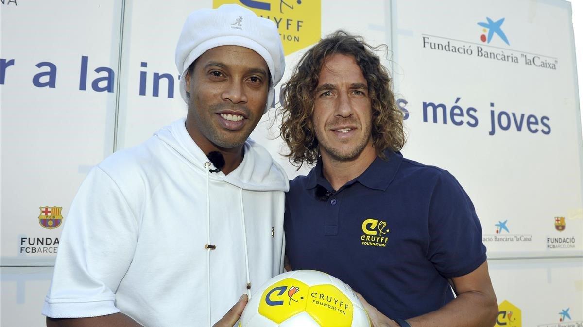 Ronaldinho y Puyol posan en el 'photocoll' de Les Roquetes.