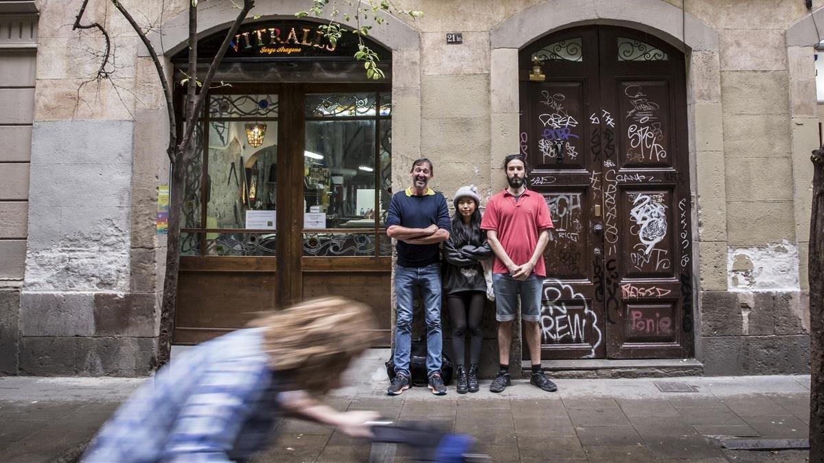 Schmid,Maestri y Mipurk, delante del edificio de Peu de la Creu 21 bis donde viven. En el entresuelo estaba hasta ayer el narcopiso.
