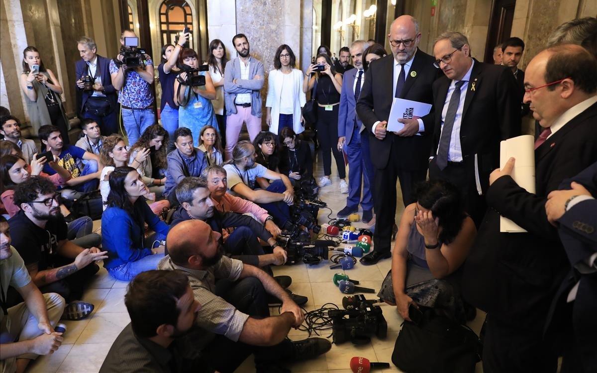 Els periodistes del Parlament protesten contra les agressions a reporters