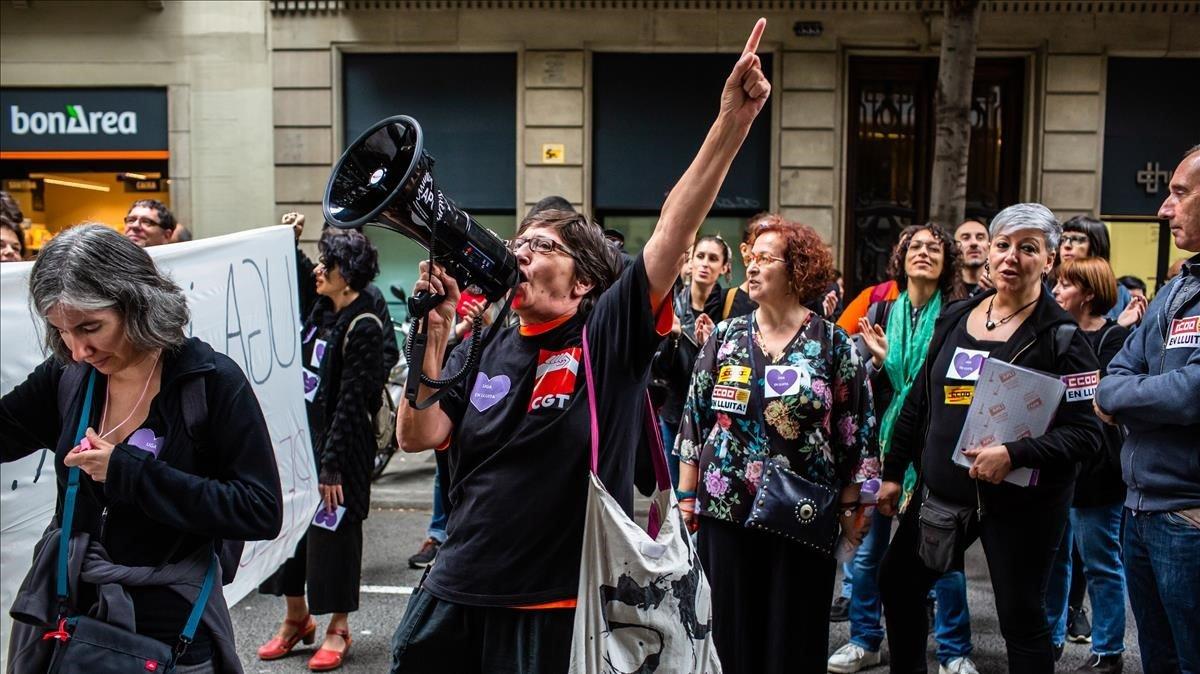 Manifestacion de protesta de los trabajadores de los servicios sociales municipales ayer en Barcelona.