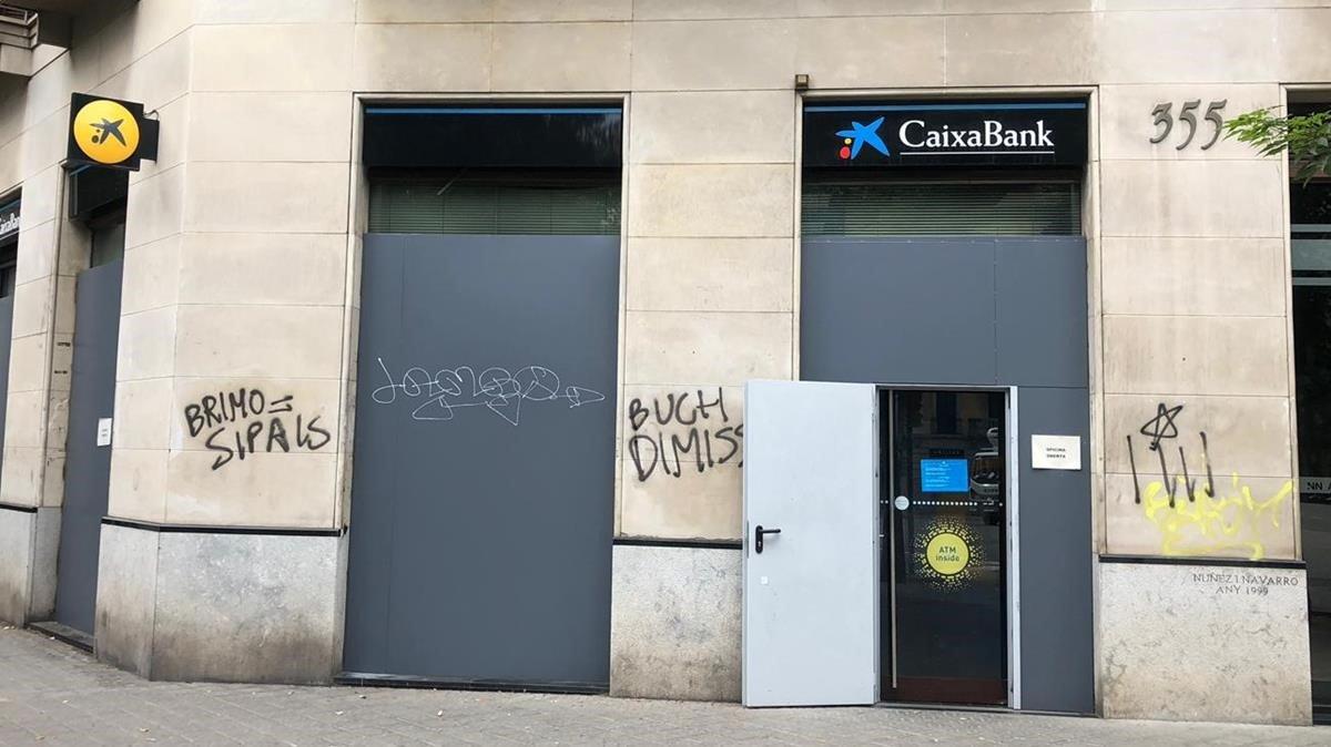 La oficina de CaixaBank de Paseo San Juan con Aragón blindada por los disturbios.