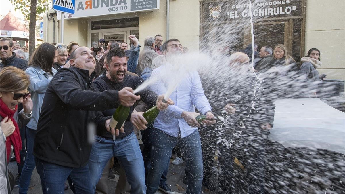 Vecinos de Reus que tenían participaciones del Gordo vendidas por el centro aragonés El Cachirulo, este domingo.