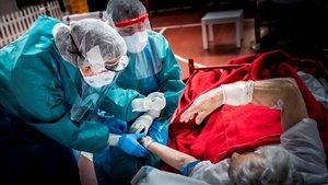 Sanitarios del Hospital de Aranda de Duero atienden a unpaciente con covid-19