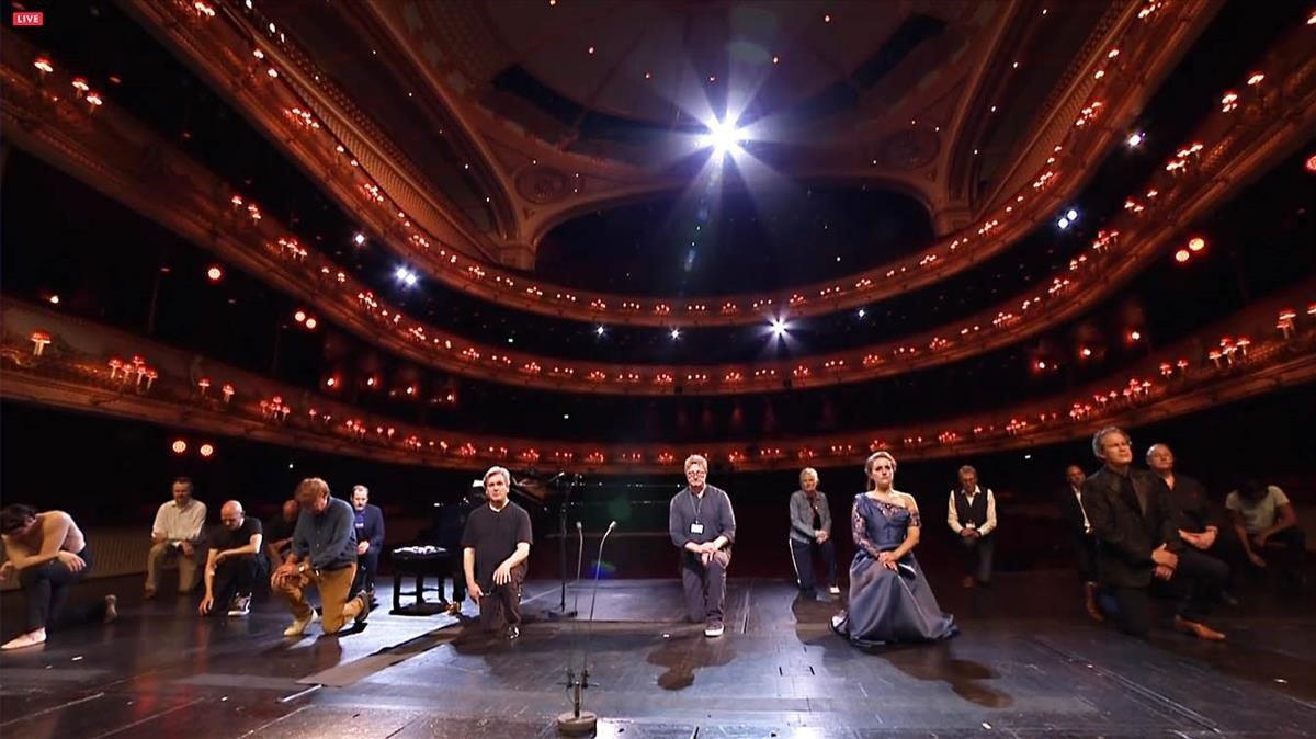 Un emotivo momento de la retransmisión de la Royal Opera de Londres, con los intérpretes hincando 'la rodilla, símbolo de la lucha antirracista.