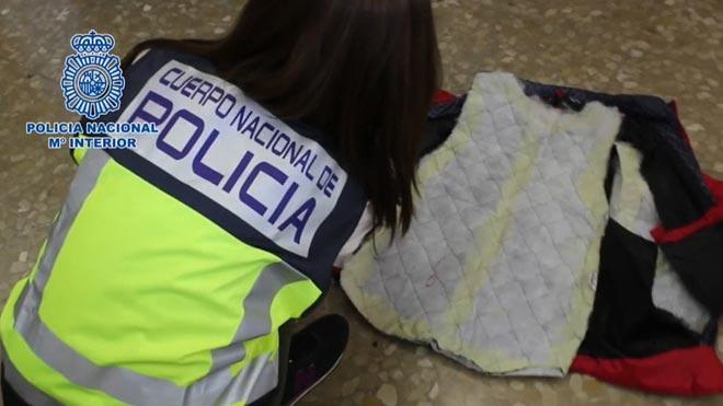 Una dona aterra a Màlaga amb 4 anoracs plens de coca | Vídeo
