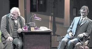 Lluís Homar (Oreste Campese) i Joan Carreras (el prefecte De Caro), en una escena de Lart de la comèdia.