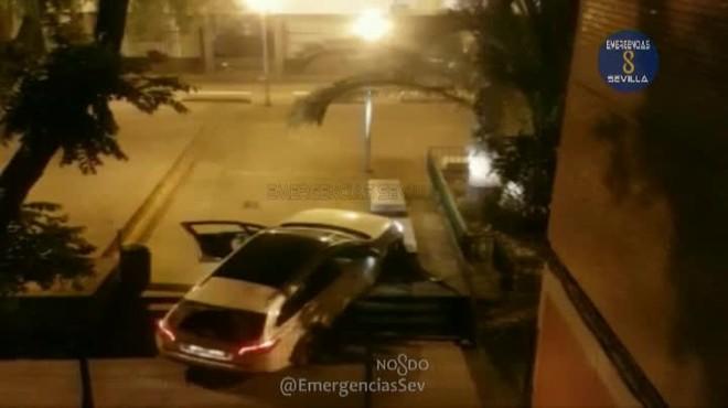 Apareix amb el seu cotxe en una plaça de vianants de Sevilla i li pregunta a un policia si ja ha arribat a Badajoz