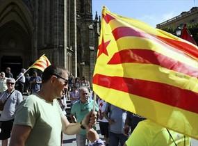 Arnaldo Otegi sostiene una estelada en la manifestación de ayer en San Sebastián.