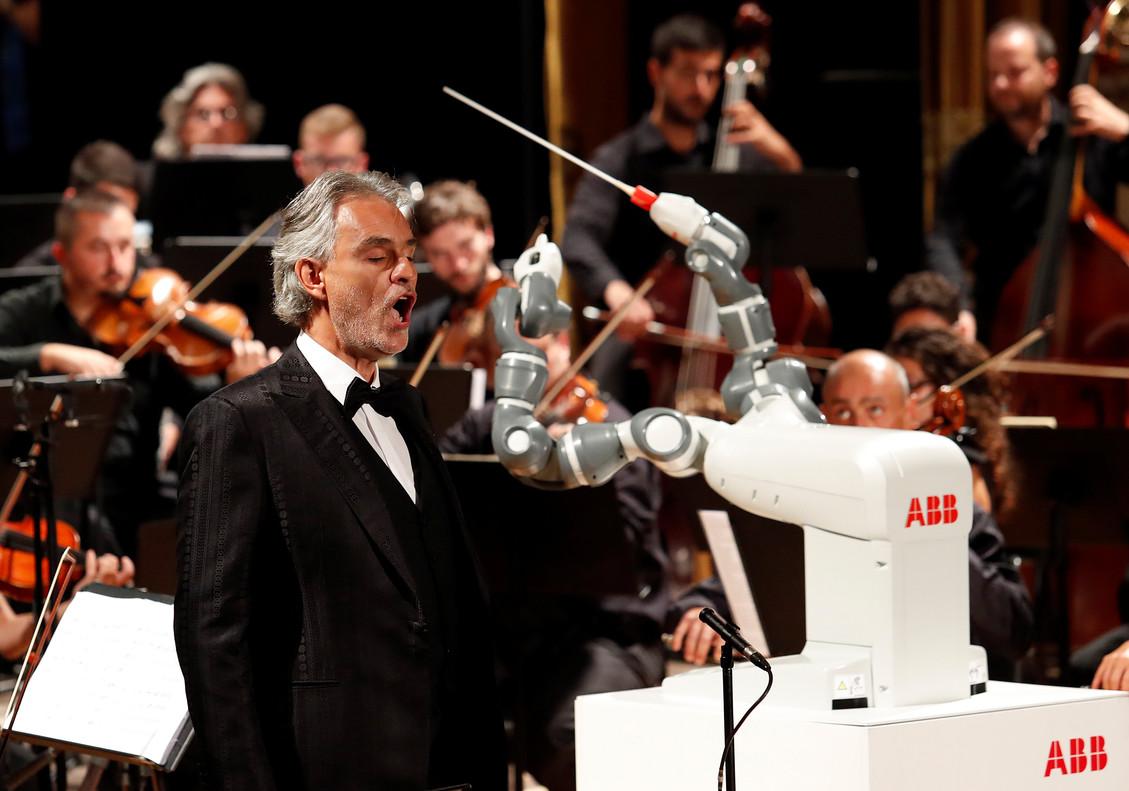 El tenor Andrea Bocelli, junto al robot director de orquesta Yumi, en su debut al frente de la Orquesta Filarmónica de Lucca, en Pisa (Italia).