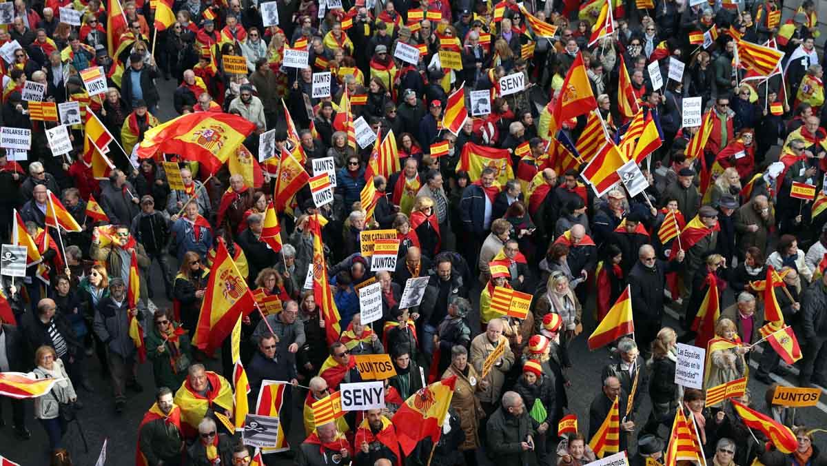 Miles de manifestantes en Barcelona en defensa de la Constitución