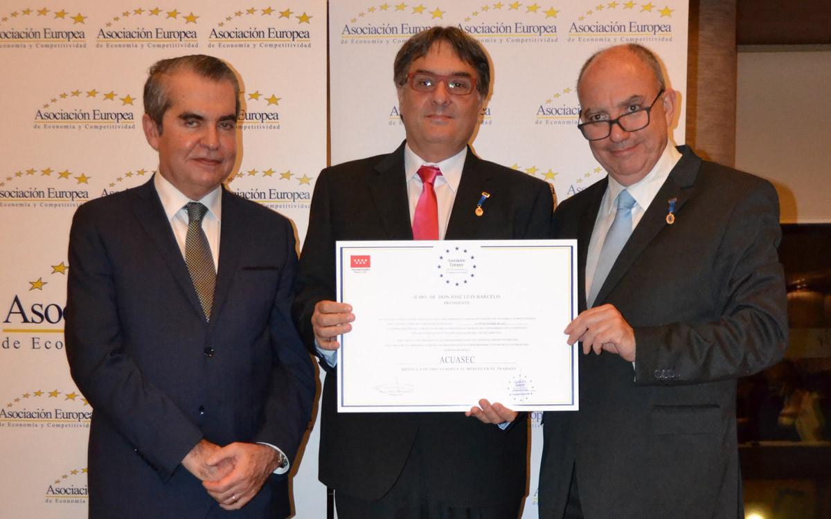 Representantes de Acuasec, con el diploma que acredita la Medalla Europea al Mérito en el Trabajo