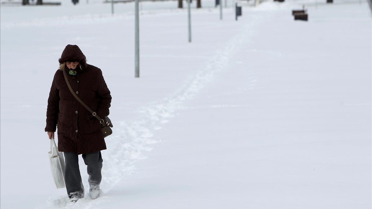 zentauroepp42330421 adc01 belgrado serbia 27 02 2018 una mujer camina por 180227120353