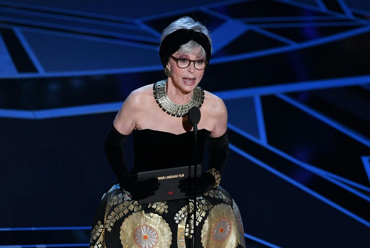 Rita Moreno, amb el mateix vestit que va portar per recollir lOscar per West Side Story el 1962.