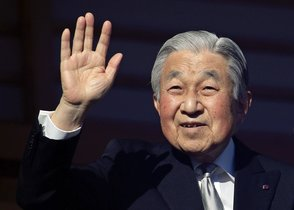 Japan s Emperor Akihito waves to well-wishers through bullet-proof glass from a balcony during his New Year s public appearance at the Imperial Palace in central Tokyo Emperor Akihito will abdicate on 30 April 2019   Japon  Tokio  EFE EPA FRANCK ROBICHON