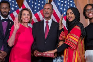 La representante democrata de Minnesota Ilhan Omarusa el Corán de su difunto abuelo mientras posa con la nueva presidenta democrata de la Camara de Representantes,Nancy Pelosi,el primer día del 116ºCongreso en el Capitolio, en Washington.