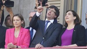 Carme Forcadell, Carles Puigdemont y Ada Colau, en la plaça Sant Jaume.