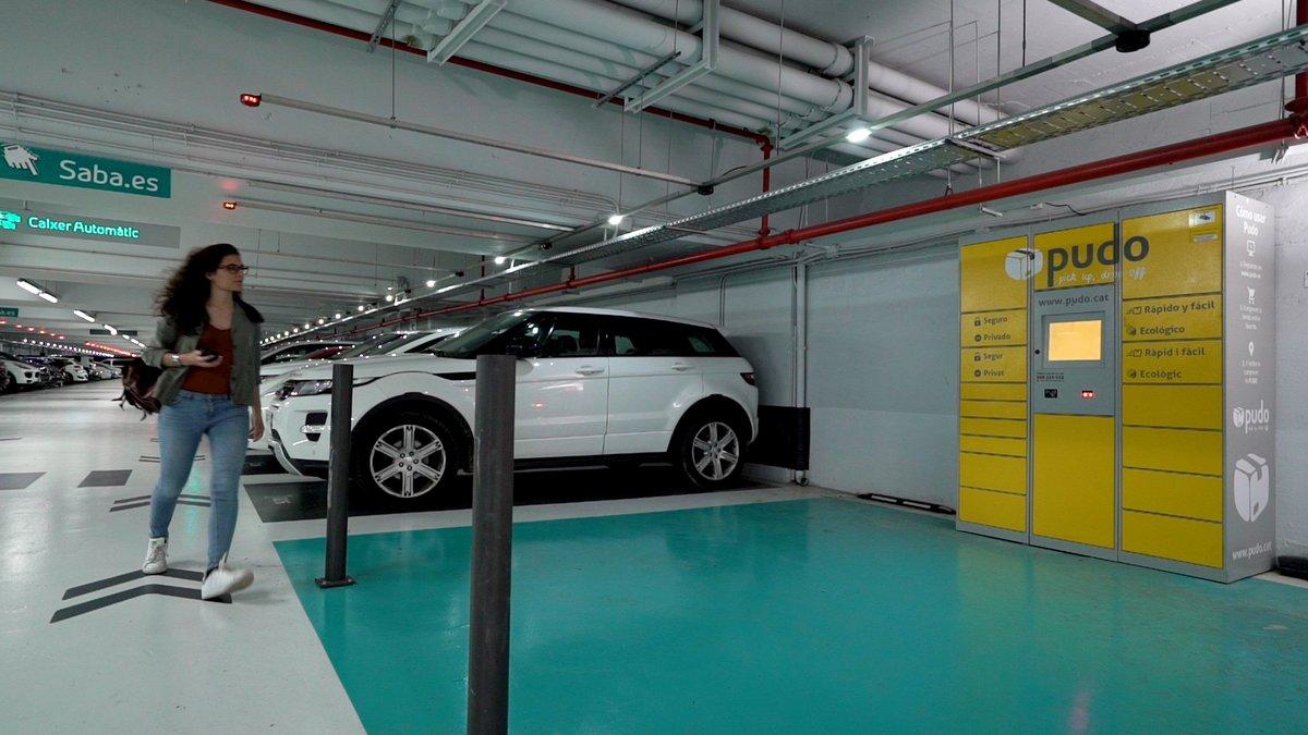 En amarillo, las zonas de recepción de paquetería en un aparcamiento de Saba.