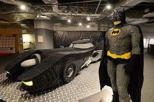 Un batmóvil (de más de 900.000 piezas) y el hombre murciélago.