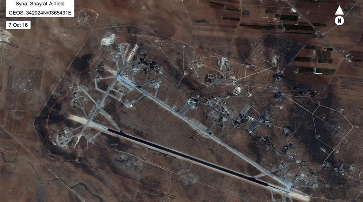 Vista aérea del aeropuerto al-Shayrat cerca de Homs (Siria), bombardeado por 59 misiles tomahawk.