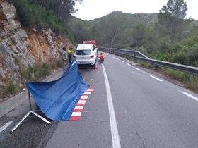 El accidente en Sant pere de Ribes en el que ha perdido la vida un motorista.
