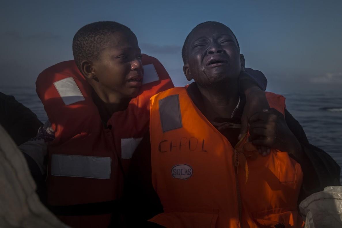 Abandonado, del fotógrafo español Santi Palacios, muestra a dos niños nigerianos refugiados, cuya madre murió en Libia, rescatados en el Mediterráneo en el 2016.