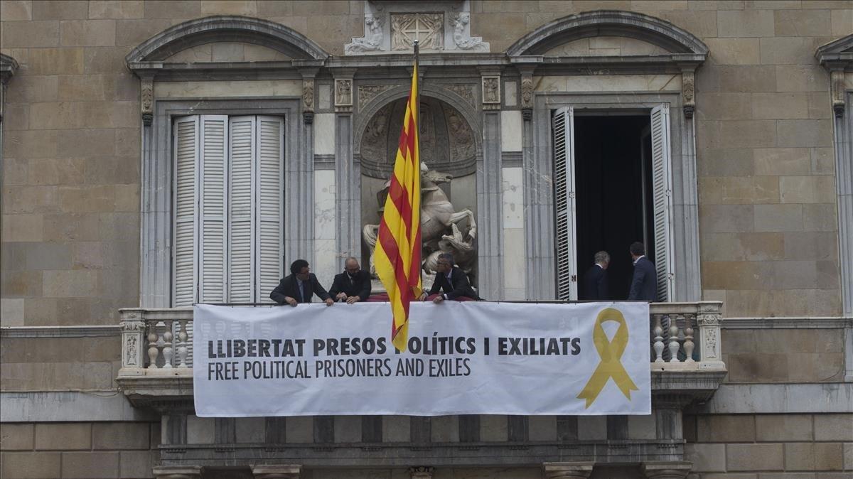 La Junta Electoral obliga Torra a retirar l'estelada i els llaços grocs
