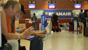 Viajerosesperan en el aeropuerto de Barcelona-El Prat.