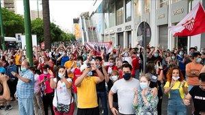 Aficionados del Sevilla y el Betis, cerca del Sánchez Pizjuán, este jueves.