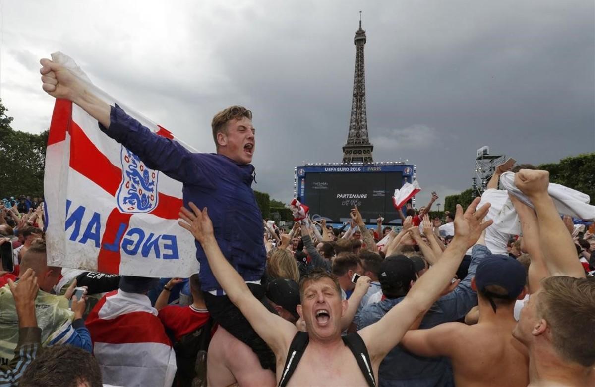 Aficionados ingleses celebran la victoria de su selección frente aGales.