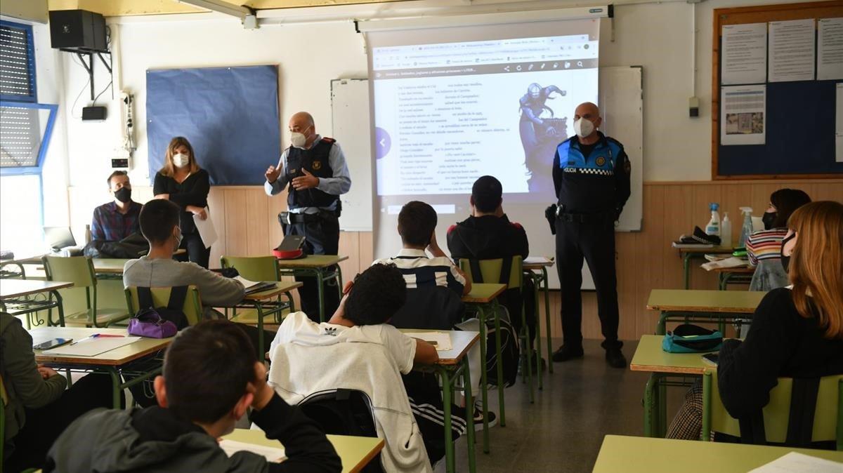 Agentes policiales de Esplugues acuden a las aulas del instituto La Mallola para concienciar acerca de las restricciones.