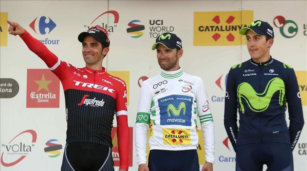 Alejandro Valverde (en el centro y con el jersey de líder de la Volta 2017), junto al ya retirado Alberto Contador y Marc Soler, a la derecha.