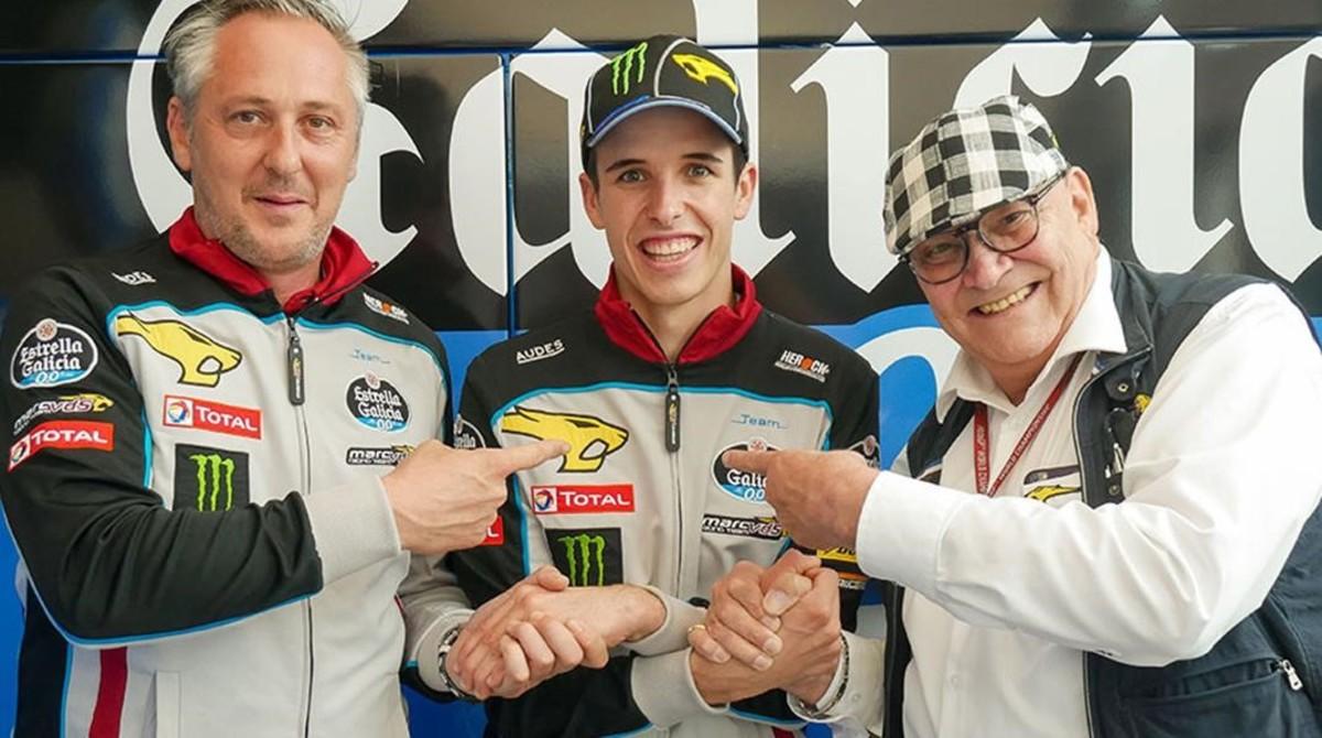 Àlex Márquez, entre Michael Bartholemy, director del equipo, a la izquierda, y Marc Van der Straten, dueño de la escuderia.