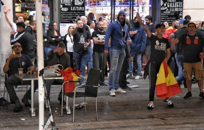 Algunos de los manifestantes de la concentración de extrema derechade la Plaça Artós.