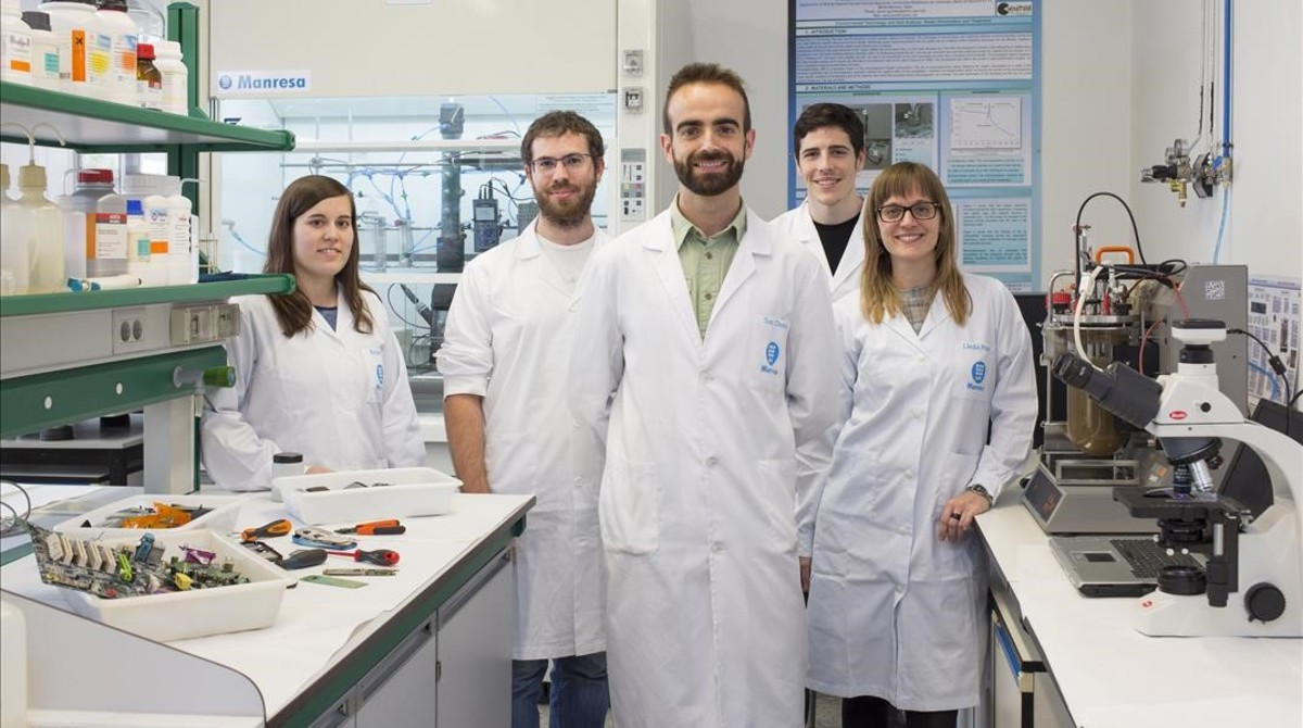 Antonio Dorado (centro) y su equipo en el Departamento de Ingeniería Minera de la UPC, en el campus de Manresa.