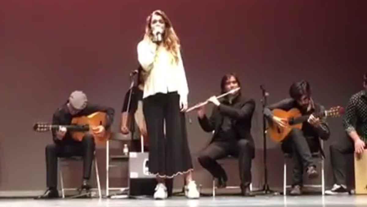Amaia Romero,durante su improvisada actuación flamenca en el Teatro de Ansoáin.
