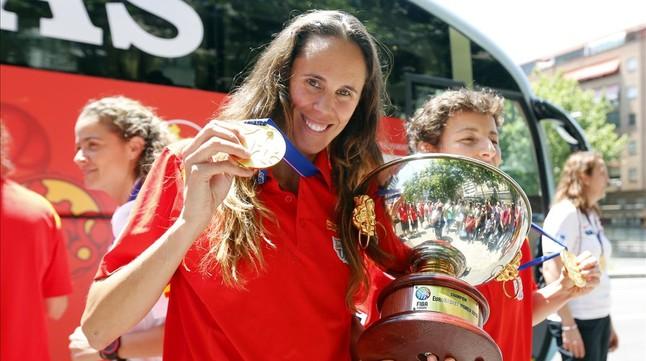 Amaya Valdemoro luce la medalla de oro que ganó España en el último Europeo.
