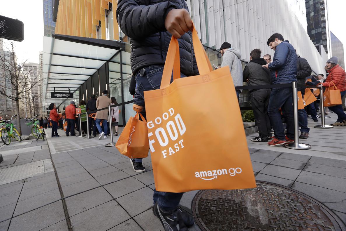Un comprador, con un bolsa de Amazon.