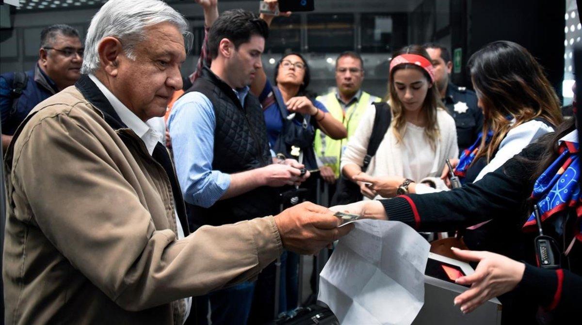 Andrés Manuel López Obrador, presidente de México, recoge su billete de avión antes de embarcar en un vuelo comercial en el aeropuerto internacional de México el 15 de febrero del 2019.