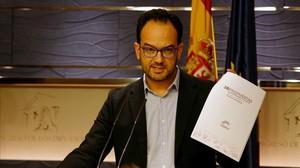 El portavoz del PSOE en el Congreso, Antonio Hernando, con el documento de Podemos.