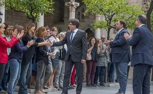 APOYOS Puigdemont, Junqueras y Turull reciben los saludos de funcionarios, ayer en el Palau de la Generalitat.