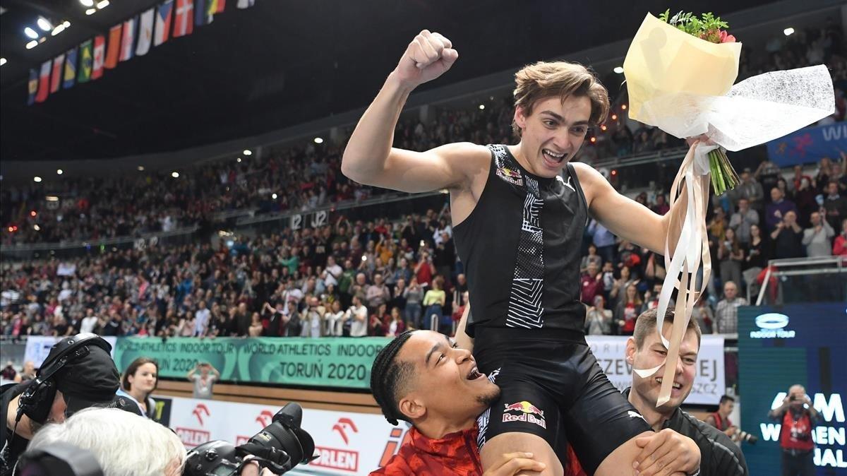 Armand Duplantis, llevado en volandas tras saltar 6,17 metros en Torun.