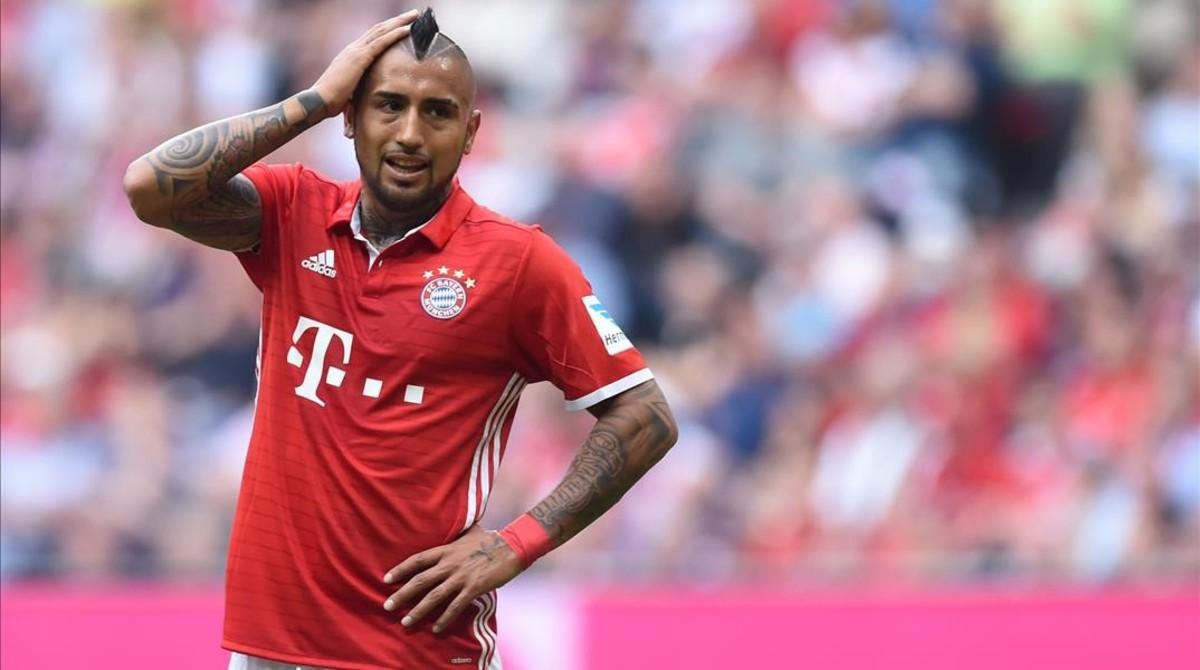 Arturo Vidal reacciona con incredulidad durante un partido del Bayern.