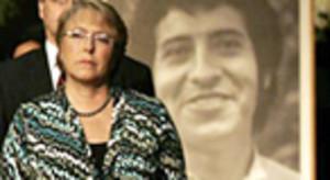 Bachelet, ante una foto de Víctor Jara.