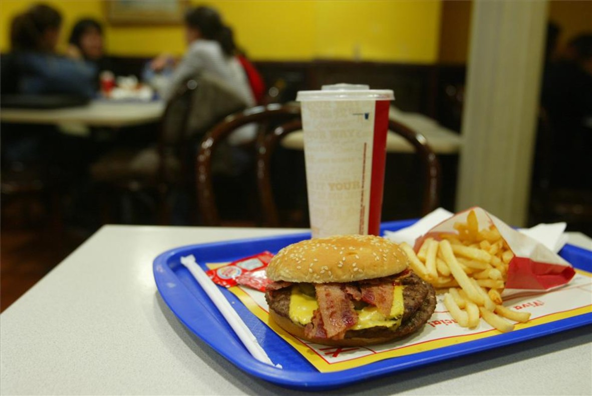 Bandeja con comida rápida de un local de Barcelona.