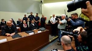 Beate Zschaepe, junto a sus abogados, antes de escuchar la sentencia a cadena perpetua.