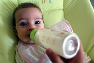 Un bebé tomando el biberón.