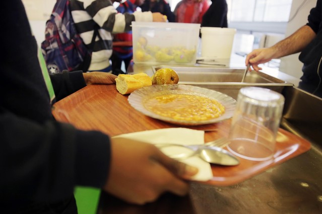 Beneficiarios de becas comedor en un institutode Girona.